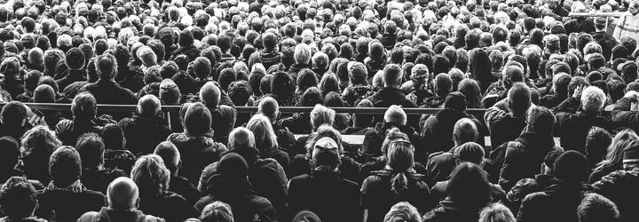 Efekt přihlížejícího: Proč máme v přítomnosti jiných tendenci méně pomáhat?
