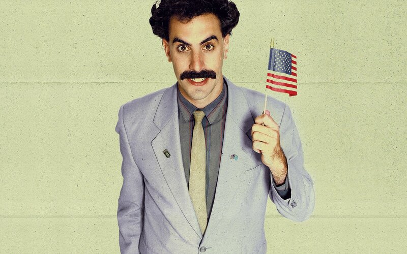 Borat 2 bude mít premiéru už v říjnu. Sacha Baron Cohen nosil při natáčení neprůstřelnou vestu.