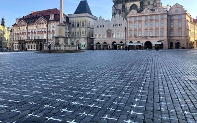 Pietní místo za oběti koronaviru na Staroměstském náměstí zatím zůstane. Budou se o něj starat skauti.