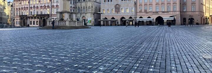 Pieta za oběti koronaviru: Dlažbu Staroměstského náměstí pokrylo 25 tisíc křížů