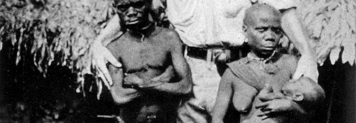 Ota Benga byl vystavován mezi opicemi v zoologické zahradě. Lidé po něm házeli odpadky, křičeli a smáli se mu