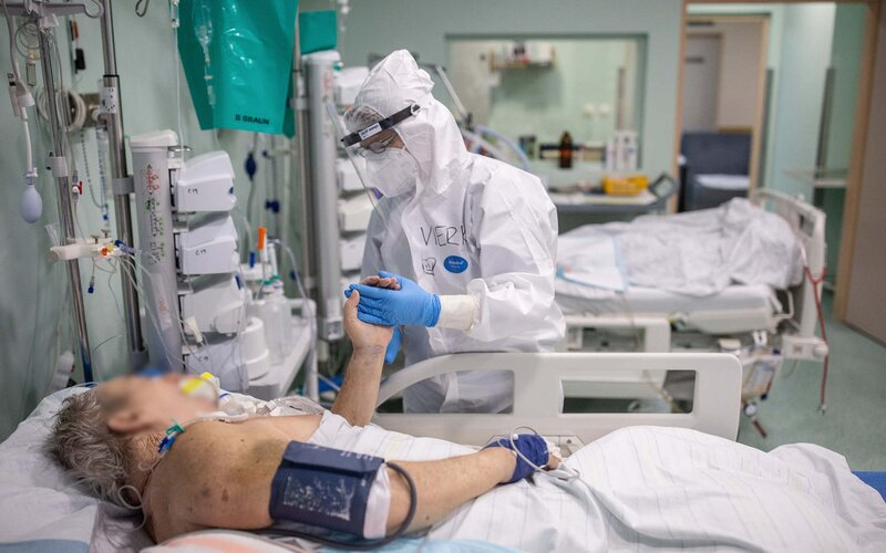 KORONAVIRUS: Nemocnice se opět skokově plní. V sobotu přibylo 2751 nakažených, ve vážném stavu je už 119 pacientů.