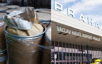 Celníci na pražském letišti zadrželi 3 tuny látky z Číny. Šlo by z ní vyrobit pervitin za miliardu korun