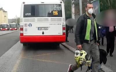 VIDEO: Naštvaný bruslař rozbil v Praze dveře autobusu bruslí. Hrozí mu rok vězení.