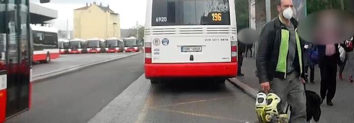 VIDEO: Naštvaný bruslař rozbil v Praze dveře autobusu bruslí. Hrozí mu rok vězení