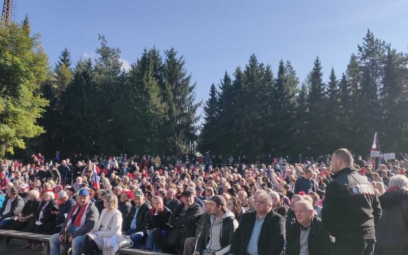 Spievajú a sú bez rúšok, policajný prezident im sľuboval prekvapenie. Na proteste v Rimavskej Sobote je vyše 2000 ľudí.