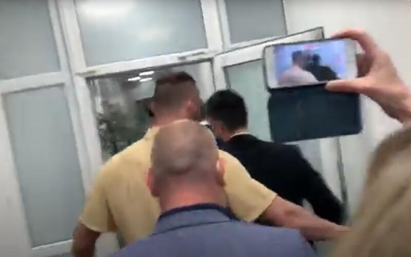 VIDEO: Novinárov po Matovičovej tlačovke vymkli, aby nekládli otázky.