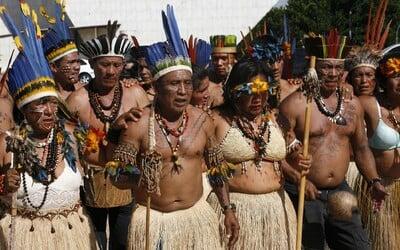 Amazonští Indiáni se 12 dní plavili za vakcínou proti koronaviru. Covid-19 by mohl vyhubit jejich celý kmen.