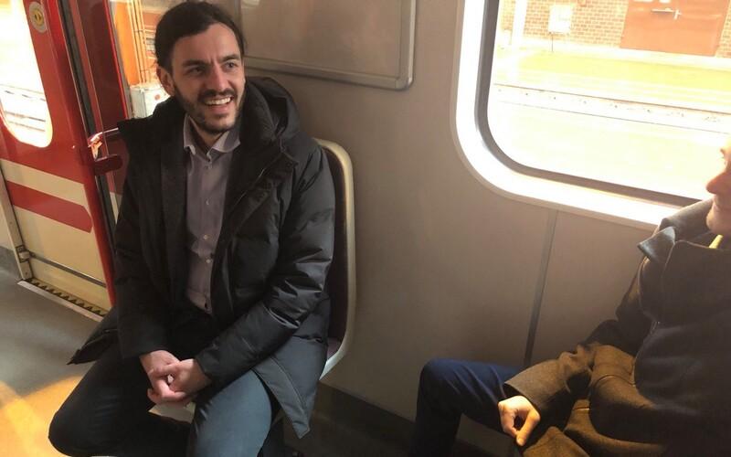 Otočené sedačky v metru testují lidé na trasách A i B. Dopravní podnik je plánuje rozšířit do dalších souprav.