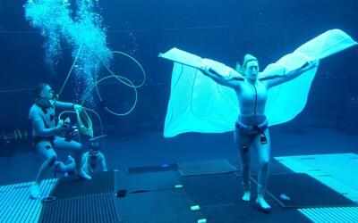 70letá Sigourney Weaver zadržela dech pod vodou na více než 6 minut. Na natáčení Avatara 2 ji pod vodou držela závaží.