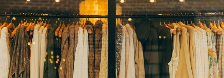 Ve Francii chtějí zakázat vyhazování neprodaného oblečení. Dostávat by ho měli lidé bez domova
