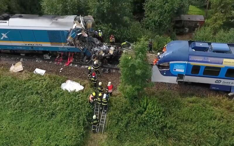 VIDEO: Srážka vlaků na Domažlicku z ptačího pohledu. Jde o největší nehodu od loňské srážky vlaků u Perninku.
