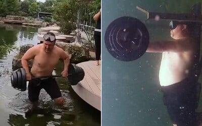 Američan zdolal světový rekord v bench pressu pod vodou. 50kilogramovou činku zvedl 62krát.
