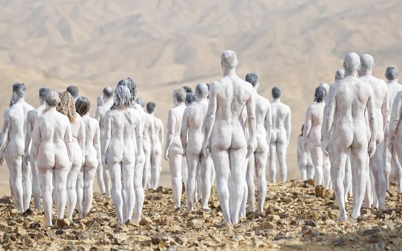 200 nahých ľudí pózovalo neďaleko Mŕtveho mora. Umelec chcel poukázať na ekologický problém.