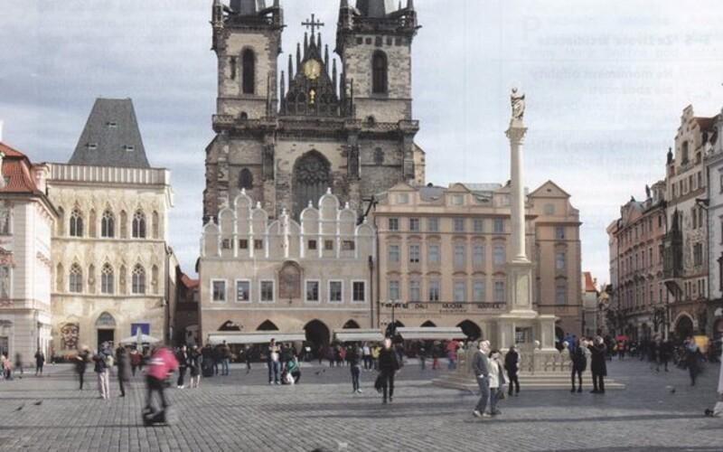 Po 112 letech se na Staroměstské náměstí vrátil mariánský sloup.