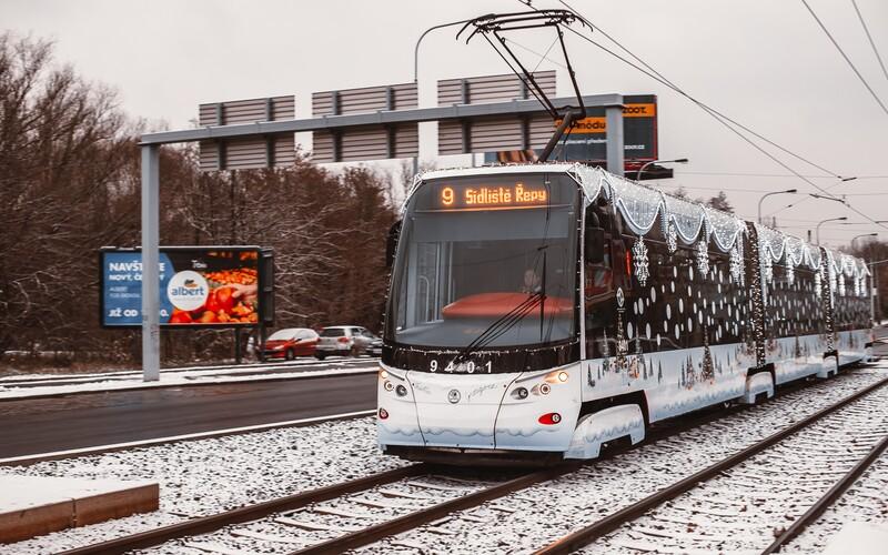 Sněhová pokrývka probudila Česko. Řidiče překvapila, ČHMÚ vydal výstrahu i na další dny.