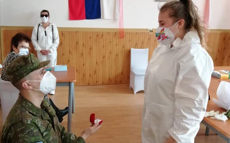 Vojak požiadal zdravotníčku o ruku priamo na odberovom mieste. Snúbencom gratuloval minister obrany Naď.