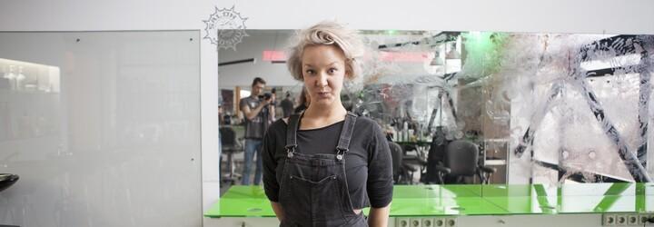Jak to dopadne, když se Léna Brauner chopí kadeřnických barev a přenese své umění na zrcadla?