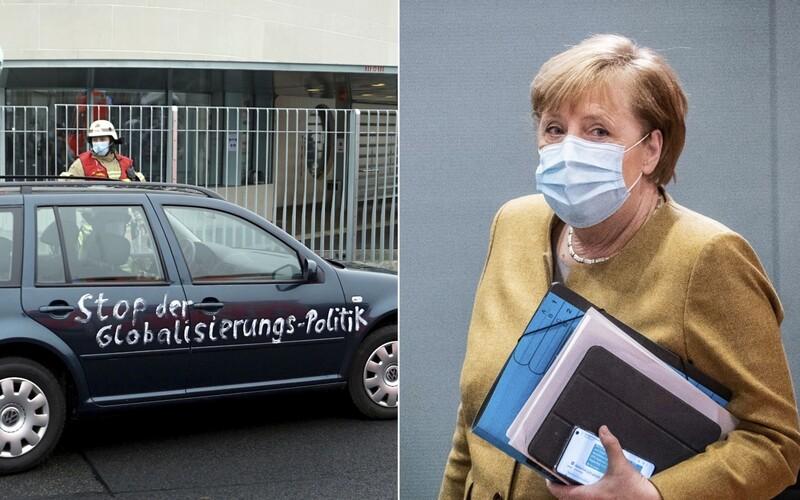 Do sídla Merkelové nabouralo auto. Nápisy na vozidle jsou zřejmě vzkazem pro německou kancléřku.