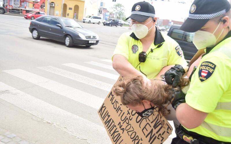 VIDEO: Další ekoaktivistka zablokovala silnici v Česku. Na nejrušenější křižovatce Brna vydržela asi půl minuty.