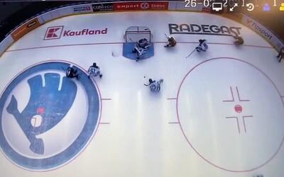 Hokejistovi v extralize vypadl během zápasu na led mobilní telefon.
