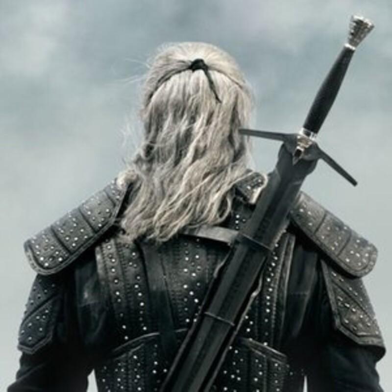 Nosil Geralt v seriálu jeden, nebo dva meče?