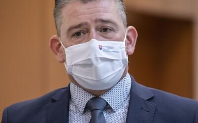 Minister vnútra Roman Mikulec zostáva vo funkcii.Návrh na jeho odvolanie neprešiel, hlasovalo zaň len 53 poslancov z nutných 76.