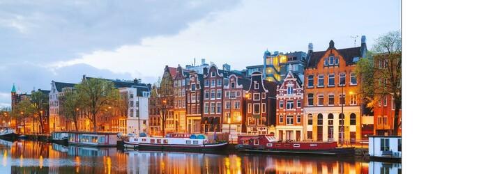 V Holandsku zúri agresívna víchrica. Ľudia bezmocne lietajú po námestiach, rýchlosti 140 km/h sa dokážu ubrániť len ťažko