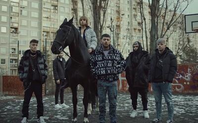 Calin a Yzomandias se projeli po sídlišti na koních. Předvánoční spolupráce Milion+ a rychlých kluků stvořila Bounce