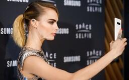 Cara Delevingne se vydala se Samsungem do vesmíru a udělala si první SpaceSelfie
