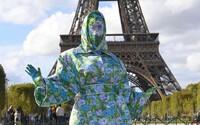 Cardi B pózuje pred Eiffelovkou v outfite, ktorý zakrýval 100 % jej tela. Dávajte pozor, aby ma nezrazilo auto, žartovala