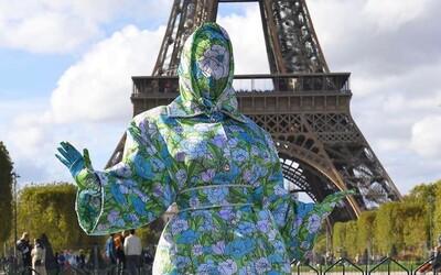 Cardi B pózuje před Eiffelovkou v outfitu, který zakrýval 100 % jejího těla. Dávejte pozor, aby mě nesrazilo auto, žertovala