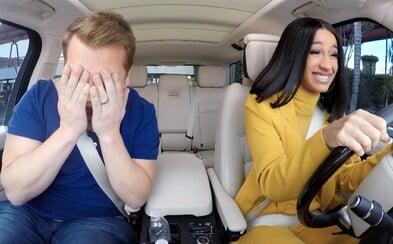 Cardi B v novém Carpool Karaoke přiznala, že má 5 aut, ale neumí řídit. Zatančila si i s důchodci