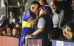 Carlos Tevez takto pobozkal Diega Maradonu pred zápasom, ktorý rozhodol o titule pre Bocu Juniors v domácej lige