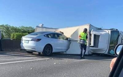 Autopilot v Tesle opět fatálně selhal. Nereagoval na převrácený náklaďák na dálnici.