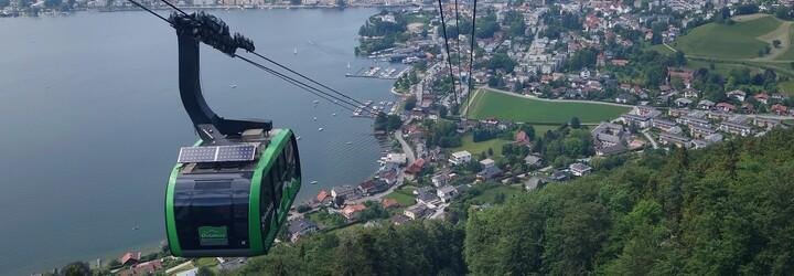 Stezku korunami stromů najdeš i v Rakousku. Ze samotného vrcholu je bezkonkurenční výhled na malebné jezero