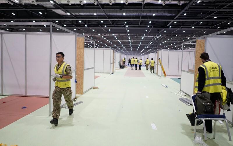 Londýn premenil výstavnú halu na obrovskú nemocnicu. Pozri si timelapse z prípravy. Nemocnica má slúžiť až 4 000 pacientom s koronavírusom.