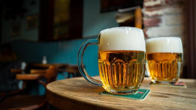 Približne koľko ľudí sa na Slovensku vyšetrí kvôli problému s alkoholom?