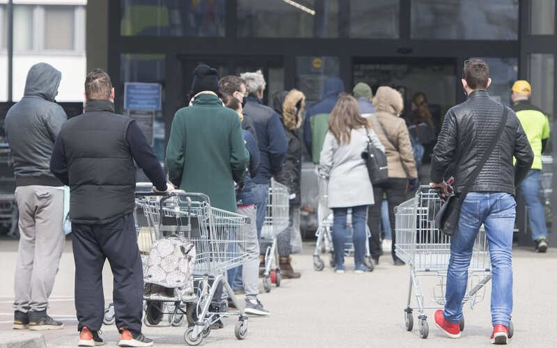 Slováci dnes vo veľkom nakupovali. Pred obchodmi sa vytvárali dlhé rady, lebo včera zostali zatvorené.