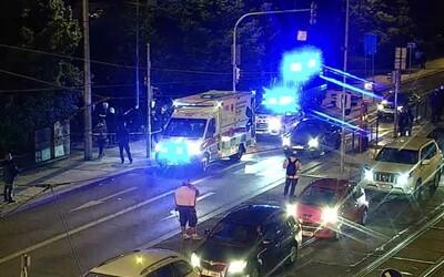 Rvačka cizinců v Praze: Několik mladíků utrpělo bodná poranění, muž s nožem chtěl ujet tramvají.