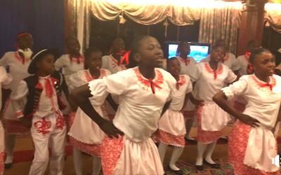 Čechy dojalo vystoupení dětí z Nairobi v Keni. Zazpívaly českou hymnu i lidovku