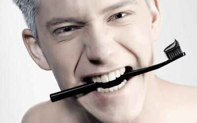 Celočerná zubní pasta od Curaproxu ve velkém oslovila Čechy. Každý si chce čistit zuby stylově