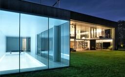 Celočierna fasáda s posuvnými modulmi, vnútorný bazén, ale tiež úplné súkromie. Nazri s nami do tohto sídla vo Varšave