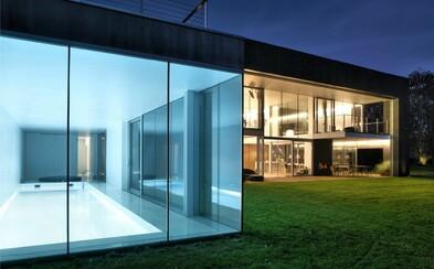 Celočerná fasáda s posuvnými moduly, vnitřní bazén, ale také naprosté soukromí. Nahlédněte s námi do tohoto sídla ve Varšavě