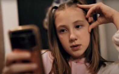 Celý deň čumím na telefón, prosím, pustite nás von, odkazuje 10-ročná slovenská raperka
