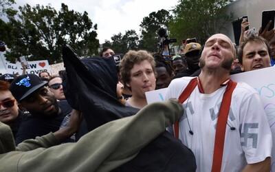 Černoch v strede demonštrácie objal rasistického neonacistu. Zachránil ho tak pred istými zraneniami