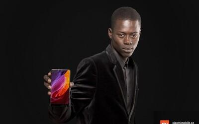 Černoch z letáku Lidlu se objevuje v další reklamě, tentokrát reprezentuje luxusní smartphone