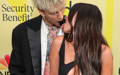 Červený koberec Billboard Music Awards patril Megan Fox a raperovi Machine Gun Kellymu, ktorí predviedli svoje jazyky