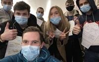 Češi evakuovaní z Číny dorazili do Prahy. 36 lidí z jejich letadla mělo příznaky koronaviru