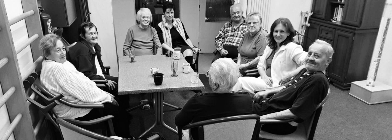 Česi majú projekt, kde môžeš na Vianoce obdarovať opustených starkých. 91-ročná babička sa vďaka tomu dočká tandemového zoskoku